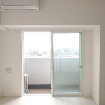 【洋室7.2帖】南向きで日当たりも良さそう!※写真は9階同間取り別部屋、通電前のものです