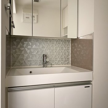 模様が個性的な洗面台。※写真は9階同間取り別部屋、通電前のものです