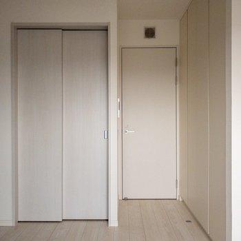 【洋室7.2帖】お部屋は白の割合が多いです。※写真は9階同間取り別部屋、通電前のものです