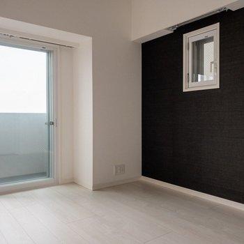 小窓も二重扉です。※写真は9階同間取り別部屋、通電前のものです