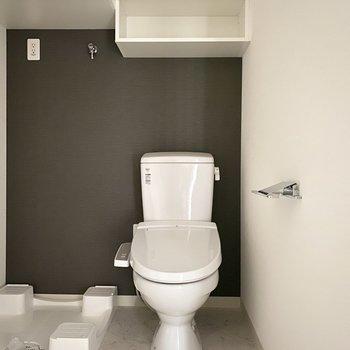 トイレ上にはちょっとした収納が。※写真は9階同間取り別部屋、通電前のものです