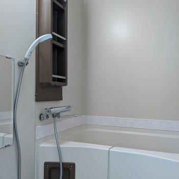 棚があるのでシャンプーや石鹸など置くことができます。