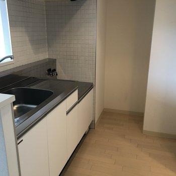 広いキッチン。冷蔵庫は奥のスペースに。