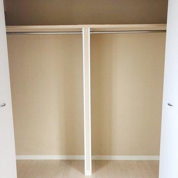 【洋室】中が2つに分かれているので、整理整頓しやすいですね。