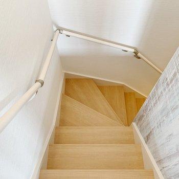 階段で玄関へ。なんだか戸建てに住んでいるみたいですよね◯