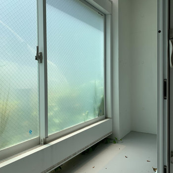 窓を開けるともう1回窓。間のスペースはサンルームのようになっています。