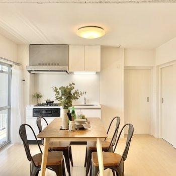 白が基調の内装に白いキッチンも馴染んでいますね。※写真は4階の同間取りモデルルームのものです