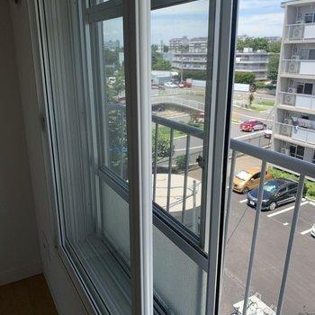 【洋室5.89帖】二重窓になっています。※写真は4階の同間取りモデルルームのものです