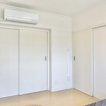 【洋室5.89帖】右側の引き戸を開けて廊下へ。※写真は4階の同間取りモデルルームのものです