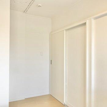 【洋室4.48帖】引き戸を開けて続いてのお部屋へ。※写真は4階の同間取りモデルルームのものです