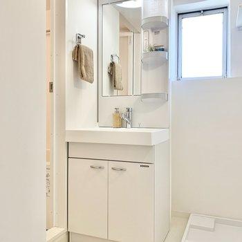 洗面台には洗顔料などが置けますね。※写真は4階の同間取りモデルルームのものです