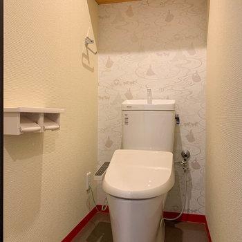 温水洗浄便座付き。トイレの壁紙もプリンセス。