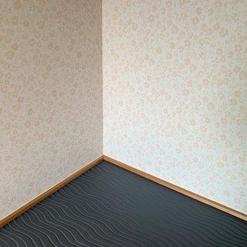 【和室】壁は花柄、台は波打つ壁紙に。