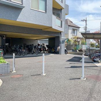 エントランスの右に駐輪場。