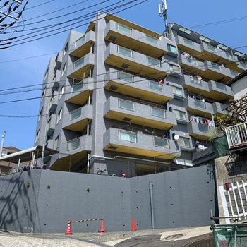高台の上にあるマンション。