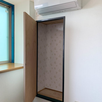 【洋室7.8帖②】エアコンの下あたりにちょっとした収納とテレビのアンテナが付いています。