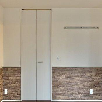 【洋室5.25帖】壁にはフックが付いています。