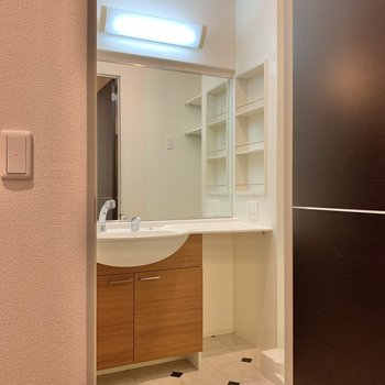 大きな鏡が付いた洗面台。