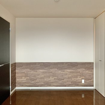 【洋室7.5帖】右側に収納があります。