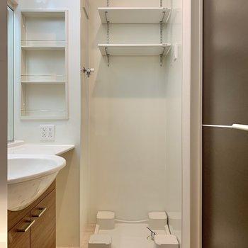 棚付きの洗濯機置場。洗剤などが置けますね。