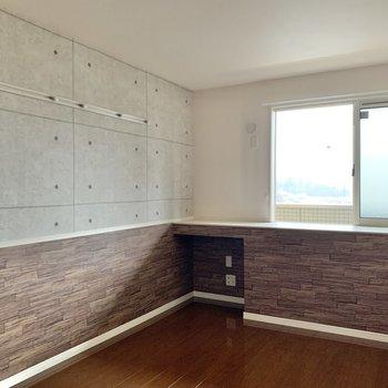 【洋室7.5帖】壁にはフックが付いています。