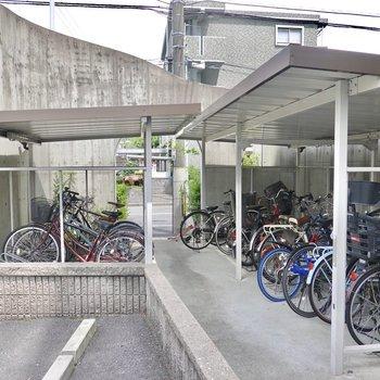 エントランスの横には屋根付きの駐輪場も配備されています。