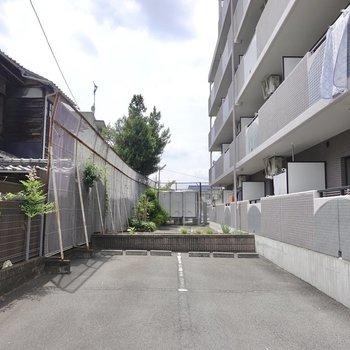ベランダ側の敷地にも駐車場があります。