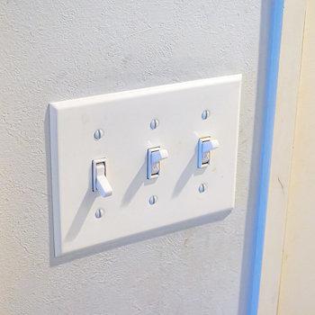 照明のスイッチにはセンスの良いお部屋の定番、トグルスイッチもしっかりと。