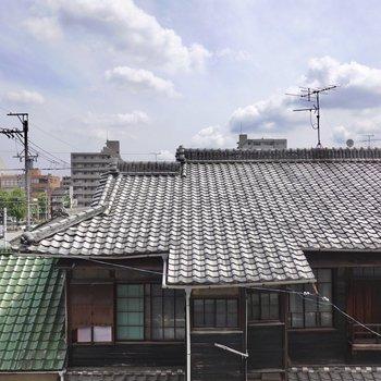 正面は割と日本感のあるお隣さんの建物なので、お部屋の中で素敵に暮らせると良いですね。