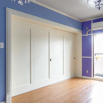 LDと洋室はしっかり仕切ることもできます。扉のモールディング模様もNYっぽくて手の込みようが伝わってきます。