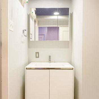 正面には大きな鏡の海外インテリアによく出てきそうな洗面台…!