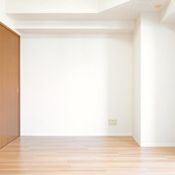 テレビは反対側のこちらに。落ち着いた色味のソファを合わせて。 (※写真は9階の同間取り別部屋のものです)