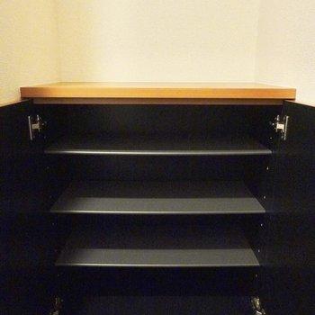 玄関のタタキの奥には1列3,4足ほど入りそうな靴箱。 (※写真は9階の同間取り別部屋のものです)