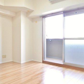 LDKは約10帖。テレビやソファが余白を持たせて置けます。 (※写真は9階の同間取り別部屋のものです)