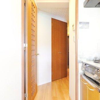 キッチン奥のドアから廊下へ。 (※写真は9階の同間取り別部屋のものです)