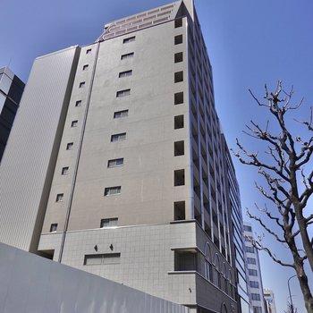 駅の出口のすぐ目の前にある大きなマンションがお部屋!