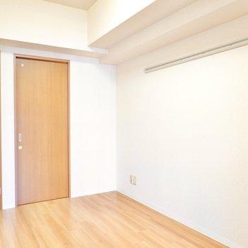 約5.3帖と寝室にピッタリ。壁にはピクチャーレール付き。 (※写真は9階の同間取り別部屋のものです)