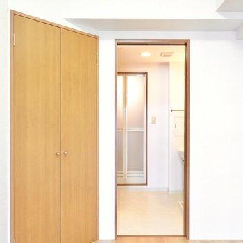 なんと洋室とも繋がっているんです。身支度が効率良くできそうですね。 (※写真は9階の同間取り別部屋のものです)