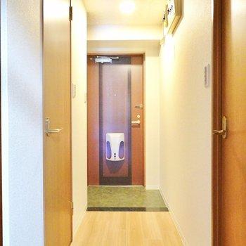 おトイレは玄関側。左のドアから。 (※写真は9階の同間取り別部屋のものです)