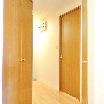 くねっと曲がった廊下。左の扉は先程クローゼットから見えたもの。 (※写真は9階の同間取り別部屋のものです)
