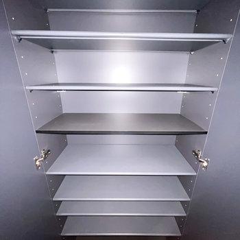 靴箱は1段に3足ほど入る大きさ。高さも天井近くまであります。(※フラッシュ撮影です)