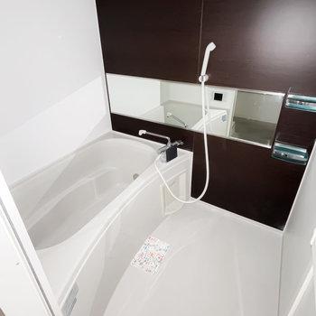 お風呂は追い焚き付き!ワイドミラーで開放感も。(※フラッシュ撮影です)