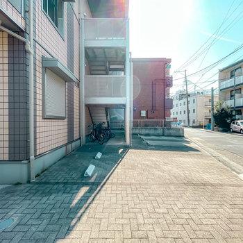階段を降りた先は敷地内の駐車場です。