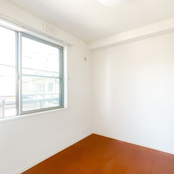 LDKの隣には4.2帖の洋室。こちらも北向きに窓が。