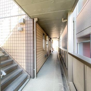 こちらは玄関前の共用部。お部屋へは階段で。