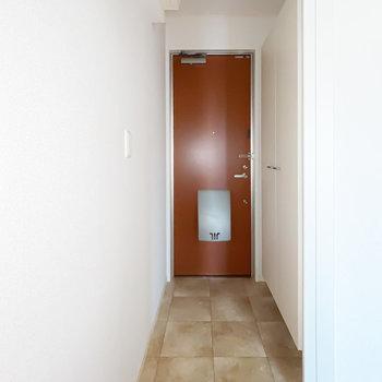 玄関は廊下に出て右側に。(※フラッシュ撮影です)
