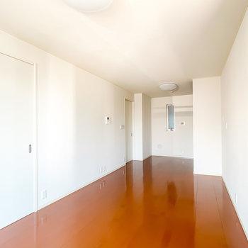 縦に長い空間なので、白い家具でキッチンまで光を回すと◎