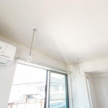 室内には着脱式の竿受けもあるので、部屋干しもできます。