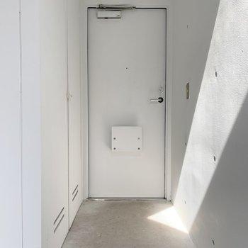 玄関はノンフラット。この光、いったいどこからきてるんだろう?
