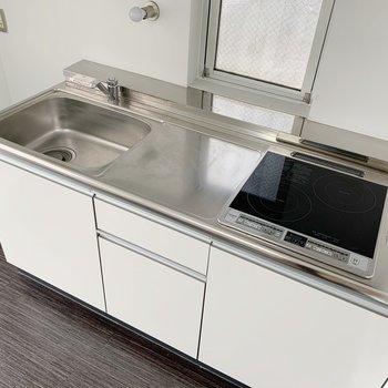 キッチンはIH2口コンロ。小窓も付いていて、換気もこまめにできます。